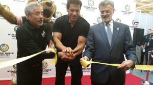 Wizard World CEO John Macaluso, Lou Ferrigno and Cleveland Mayor Frank Jackson cut the ribbon to officially start the convention. This is not zoomed in - i was standing right there front and center about three feet away.